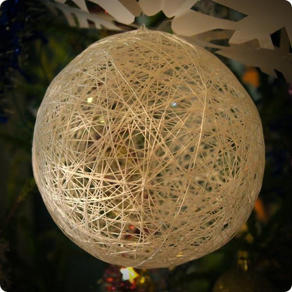 Елочные игрушки из ниток и шариков