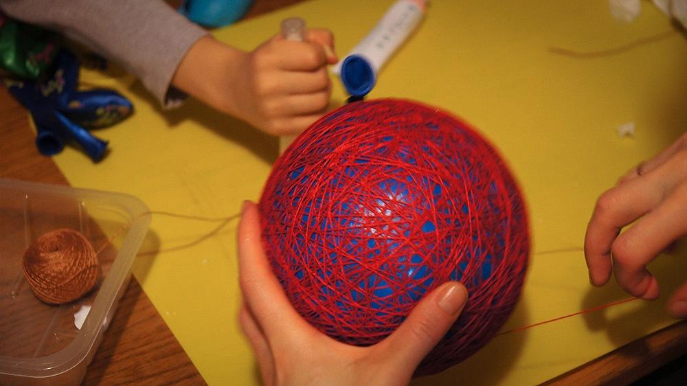 Видео как сделать шары из ниток