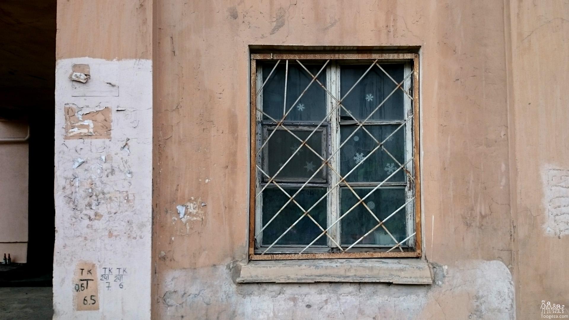 У соседки в окне 12 фотография