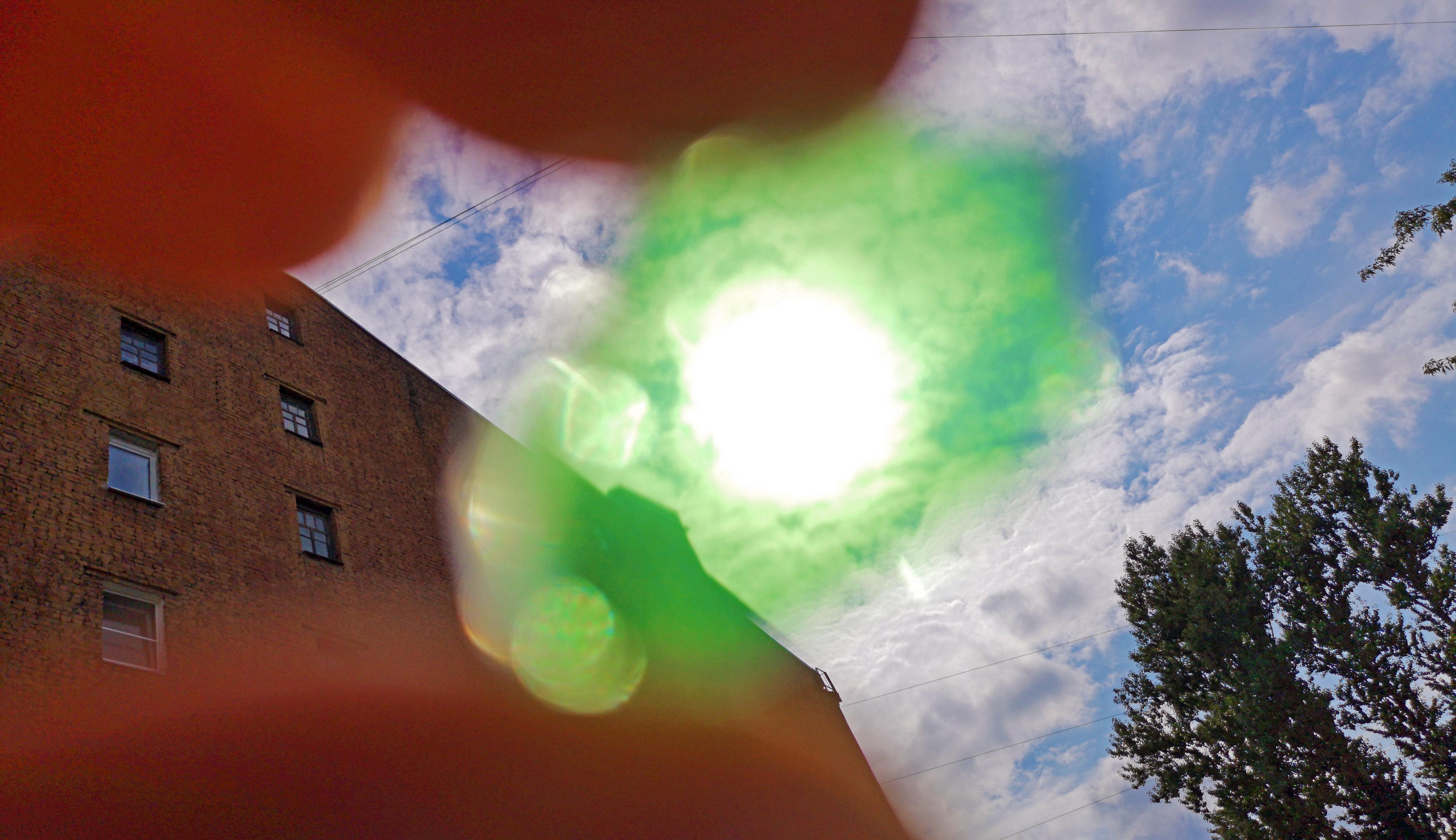 Смотреть на солнце через цветное стёклышко