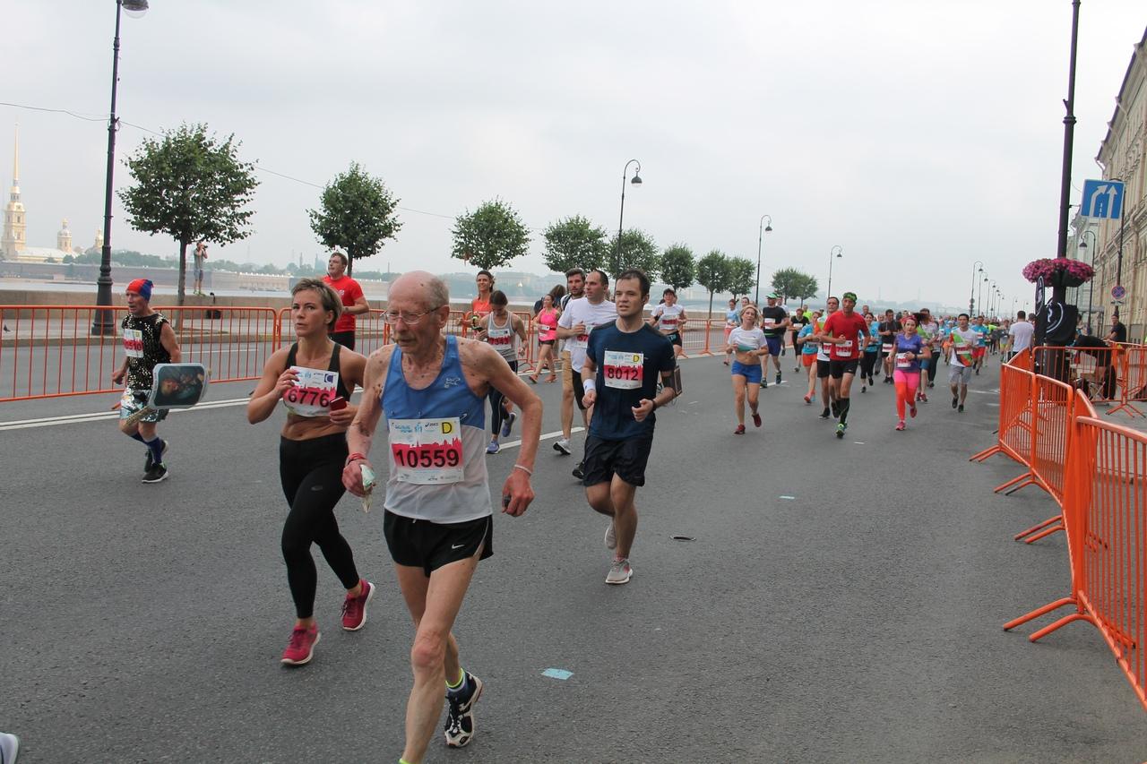 со щитом и мечом - Машинов Владимир 81 год из г. Нарва (Эстония) и он пробежал десятку за 01:08:01
